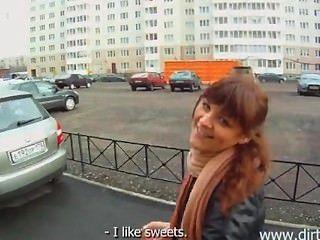 Парень трахнул девушку в подъезде