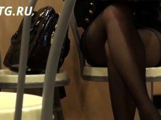 Красивые ножки девушки под столом