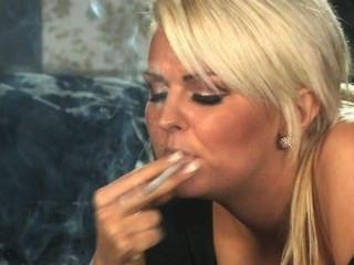 Simone Toon Smoking 5