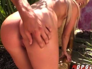 Perfect Babe Payton Gives A Free Blowjob To Her Strange Friend