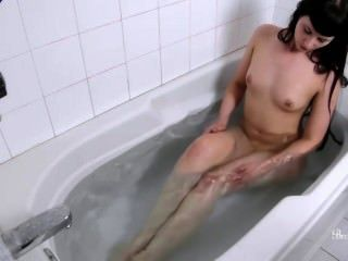 Brookelynne Briar Takes A Hot Bath And Plays With Her Wet, Pink Pusy