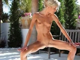 Super Flexi Angular Girl Peeing Outdoors